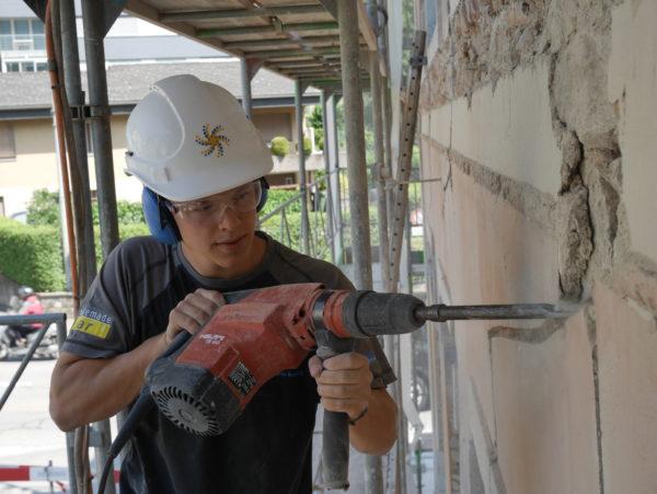 Elektroinstallateur bei der Arbeit